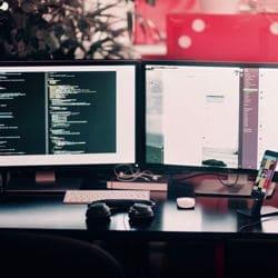 Beispielfoto einer IT-Infrastruktur mit Monitor, Headset, Smartphone in einem modernen Flex-Office Büro Umfeld