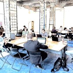 Modernes Arbeiten im Projektmanagement-Umfeld in einem Großraumbüro